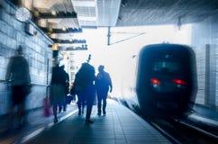 Personnes occupées de station de train d'heure de pointe Photos stock
