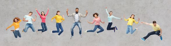Personnes ou amis heureux sautant en air au-dessus de gris Photographie stock
