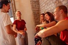 Personnes plus denses de sourire appréciant sur la coupure aux danses dans le studio photos libres de droits