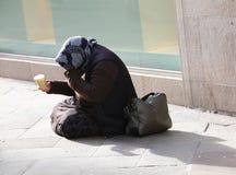 Personnes priantes gitanes pluses âgé dans la route images libres de droits