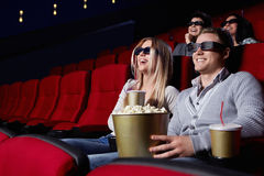 Personnes riantes au cinéma Photo stock
