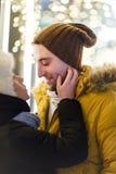 Personnes romantiques d'amour parmi la ville Photo stock