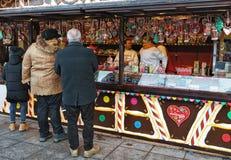Personnes supérieures à la maison de sucrerie de Noël à Vilnius Images libres de droits