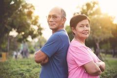Personnes supérieures asiatiques sûres posant avec des bras croisés Images libres de droits