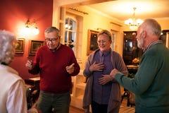 Personnes supérieures drôles souriant et dansant à la maison la partie Photo libre de droits