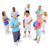 Personnes supérieures en bonne santé au gymnase sur le fond blanc photos stock