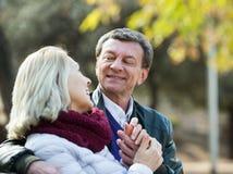 Personnes supérieures flirtant et riant Photographie stock libre de droits