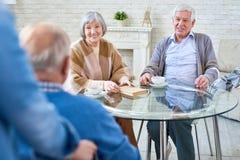 Personnes supérieures heureuses dans la maison de retraite moderne Photos stock