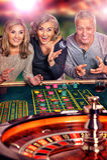 Personnes supérieures jouant dans le casino Photo stock