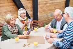 Personnes supérieures jouant des cartes Images libres de droits