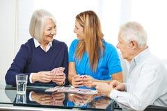 Personnes supérieures jouant des cartes ensemble dans la maison de repos Photo stock