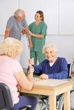 Personnes supérieures jouant le bingo-test dans la maison de repos Photographie stock libre de droits