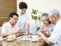 Personnes supérieures jouant Weiqi à la maison Image libre de droits