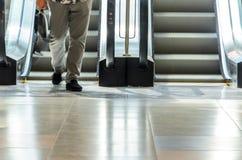 Personnes sur le mouvement d'escalator brouillées photographie stock