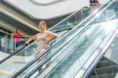 Personnes sur le mouvement d'escalator brouillées images libres de droits