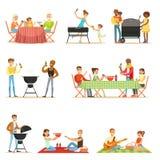 Personnes sur le pique-nique de BBQ dehors mangeant et faisant cuire de la viande grillée sur l'ensemble électrique de gril de ba Photographie stock libre de droits