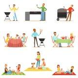 Personnes sur le pique-nique de BBQ dehors mangeant et faisant cuire de la viande grillée sur la collection électrique de gril de Photos libres de droits