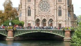 Personnes sur le pont près de l'église protestant contre des réformes de travail banque de vidéos