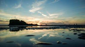 Personnes sur une plage appréciant leurs vacances Photo stock