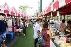 Personnes thaïlandaises asiatiques marchant et faisant des emplettes à la rue et au marché organique images libres de droits
