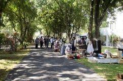 Personnes thaïlandaises et voyage de marche de voyageurs d'étranger et achat au marché en plein air organique Photos stock