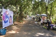 Personnes thaïlandaises et voyage de marche de voyageurs d'étranger et achat au marché en plein air organique Photo stock