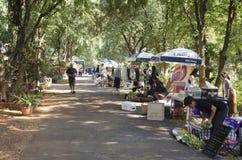 Personnes thaïlandaises et voyage de marche de voyageurs d'étranger et achat au marché en plein air organique Image libre de droits
