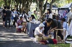 Personnes thaïlandaises et voyage de marche de voyageurs d'étranger et achat au marché en plein air organique Photo libre de droits