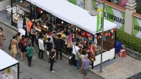 Personnes thaïlandaises et voyageurs étrangers marchant le voyage et faisant des emplettes sur le marché en plein air clips vidéos