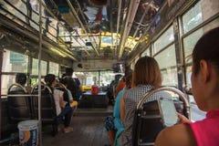 Personnes thaïlandaises sur l'autobus en plein air de BMTA Image libre de droits