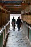 Personnes tibétaines et roues de prière, monastère de Labrang Image stock