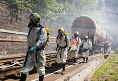 Personnes toxiques de délivrance de secours de produits chimiques Images stock