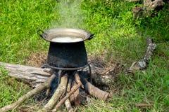 Personnes tribales faisant cuire le style extérieur Photo stock