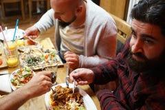 Personnes turques appréciant un repas traditionnel d'Iftar Photo libre de droits