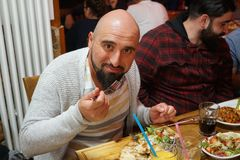 Personnes turques appréciant un repas traditionnel d'Iftar Image libre de droits
