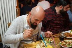 Personnes turques appréciant un repas traditionnel d'Iftar Images libres de droits