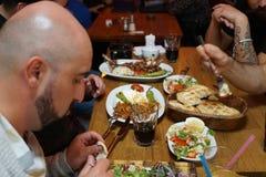 Personnes turques appréciant un repas traditionnel d'Iftar Images stock