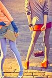 Personnes urbaines de mode, amis, extérieurs Femmes dessus Images libres de droits