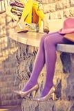 Personnes urbaines de mode, amis, extérieurs Femmes, mur en pierre Photographie stock libre de droits