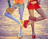 Personnes urbaines de mode, amis, extérieurs Femmes sur le pavé Images stock