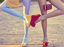 Personnes urbaines de mode, amis, extérieurs Femmes sur le pavé Photo stock