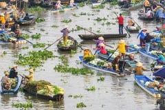 Personnes vietnamiennes sur le bateau au marché de flottement de Nga Nam pendant le matin Images stock