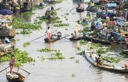 Personnes vietnamiennes sur le bateau au marché de flottement de Nga Nam pendant le matin Photo stock