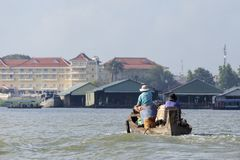 Personnes vietnamiennes sur le bateau, Doc. de Chau, Vietnam photographie stock libre de droits