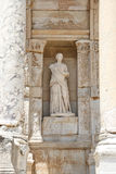 Personnification de statue de sagesse dans la ville antique d'Ephesus photos stock