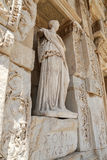 Personnification de statue de sagesse dans la ville antique d'Ephesus photo libre de droits
