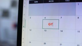 Personplanläggningsbesök till idrottshallen som gör anmärkningen i online-kalender, sund livsstil stock video