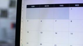 Personplanläggningssemester som gör anmärkningen i online-kalender på PC, ferietur arkivfilmer