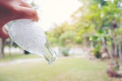 Persons ręka trzyma butelkę wodny cool lodowego zgłębianie out wewnątrz ja fotografia stock