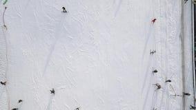 Personsnowboardingen sluttar ner för fågelöga för surr flyg- sikt ovanför vitpulversnö - övervintra extrem sportbakgrund stock video
